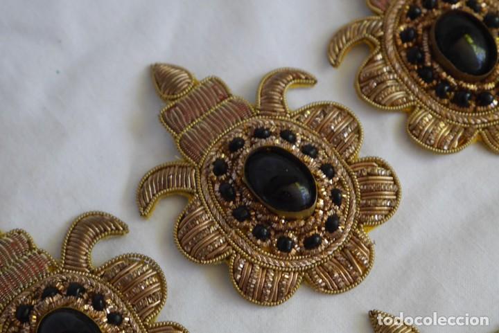 Antigüedades: 6 parches bordados con hilo dorado y vidrios o cristales negros - Foto 9 - 273305243