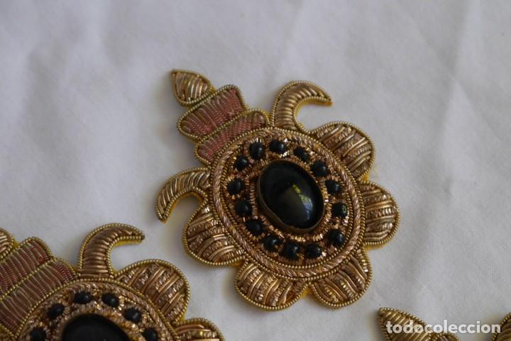 Antigüedades: 6 parches bordados con hilo dorado y vidrios o cristales negros - Foto 10 - 273305243