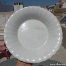 Antigüedades: PEQUEÑA FUENTE GALLONADA DE CERAMICA , POSIBLE ALCORA , TIERRA DE PIPA , 24,5 CM. Lote 273280393