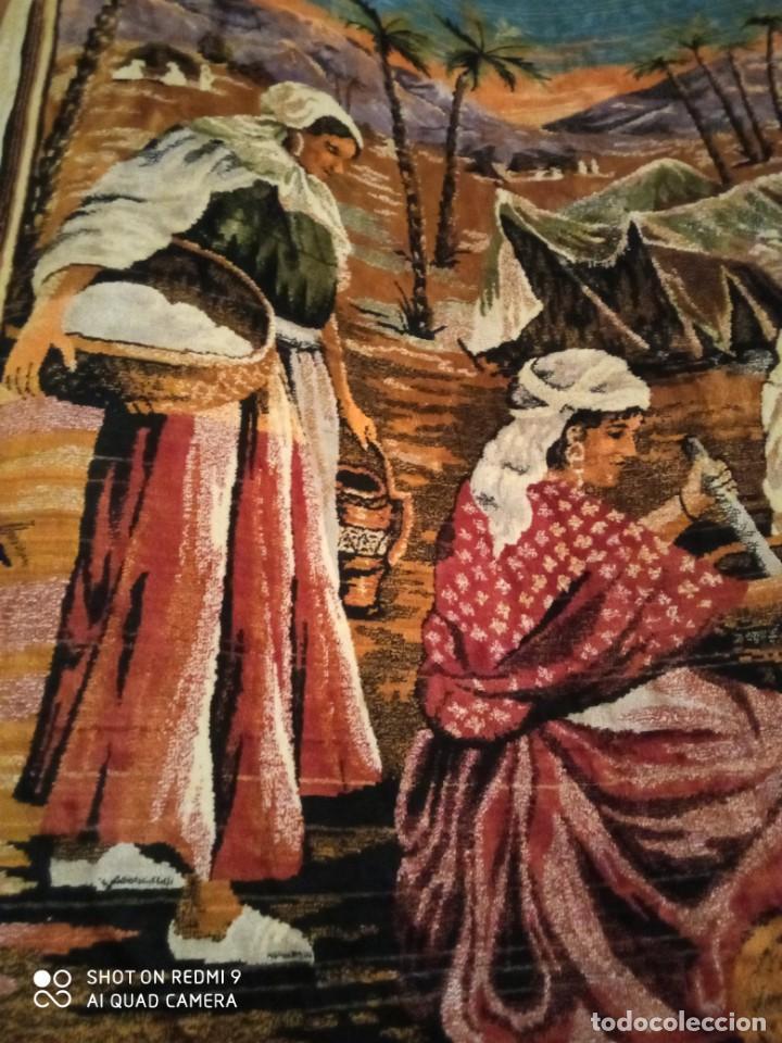Antigüedades: Antiguo y gran tapiz árabe oriental: preparando comida en el campamento bereber. - Foto 2 - 273340733