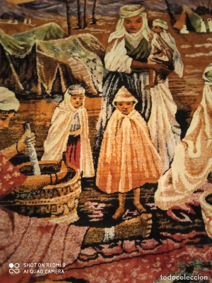 Antigüedades: Antiguo y gran tapiz árabe oriental: preparando comida en el campamento bereber. - Foto 3 - 273340733