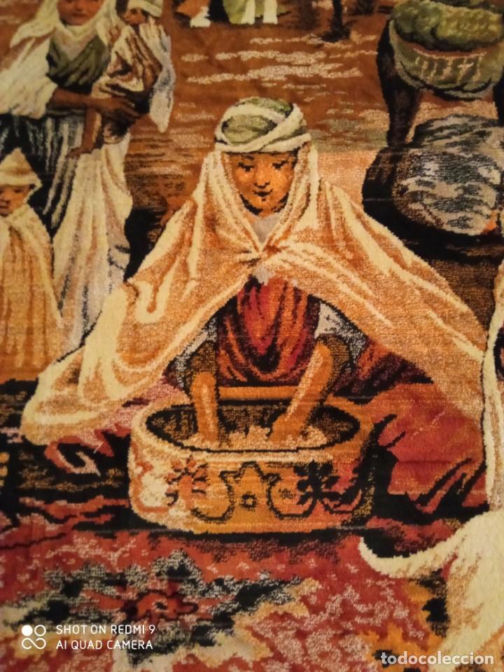 Antigüedades: Antiguo y gran tapiz árabe oriental: preparando comida en el campamento bereber. - Foto 4 - 273340733
