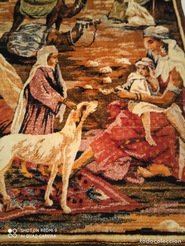 Antigüedades: Antiguo y gran tapiz árabe oriental: preparando comida en el campamento bereber. - Foto 5 - 273340733