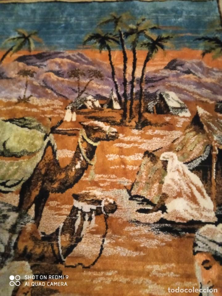 Antigüedades: Antiguo y gran tapiz árabe oriental: preparando comida en el campamento bereber. - Foto 6 - 273340733