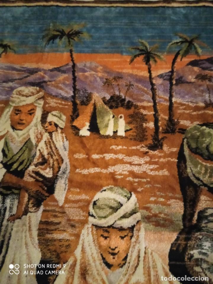 Antigüedades: Antiguo y gran tapiz árabe oriental: preparando comida en el campamento bereber. - Foto 7 - 273340733