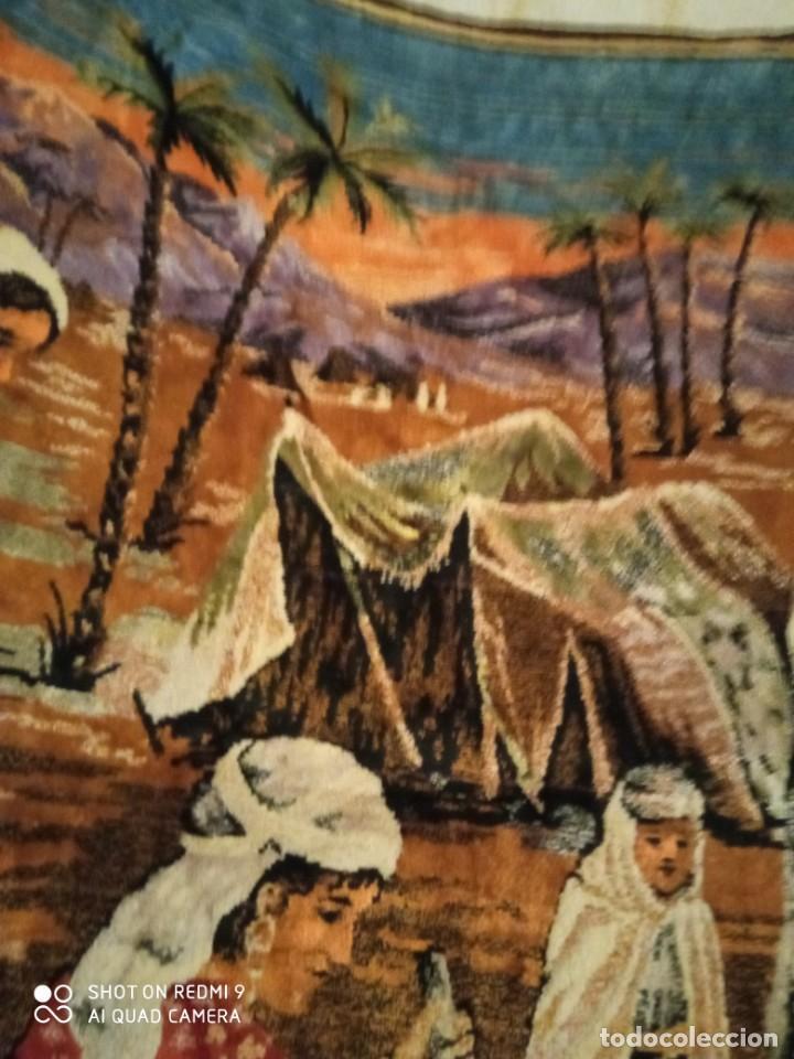 Antigüedades: Antiguo y gran tapiz árabe oriental: preparando comida en el campamento bereber. - Foto 8 - 273340733