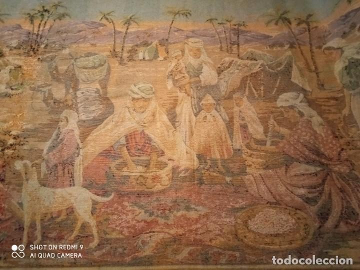 Antigüedades: Antiguo y gran tapiz árabe oriental: preparando comida en el campamento bereber. - Foto 10 - 273340733