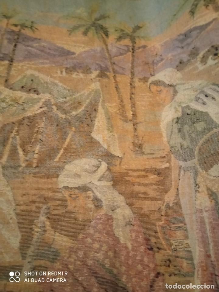 Antigüedades: Antiguo y gran tapiz árabe oriental: preparando comida en el campamento bereber. - Foto 11 - 273340733