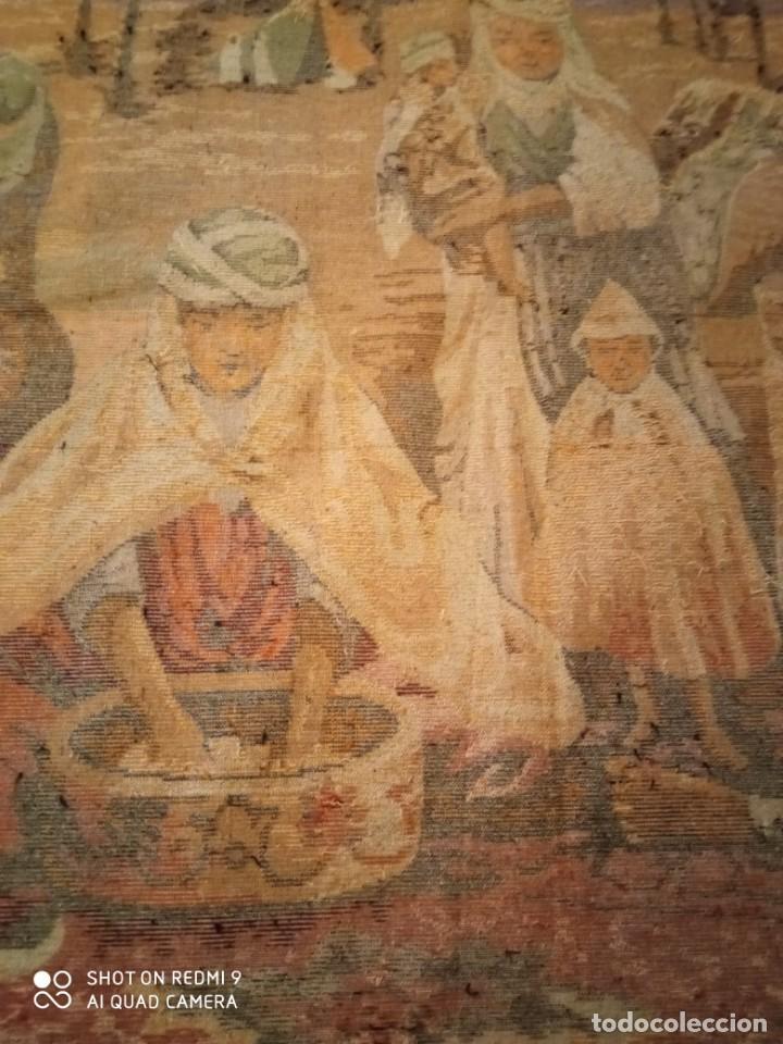 Antigüedades: Antiguo y gran tapiz árabe oriental: preparando comida en el campamento bereber. - Foto 12 - 273340733