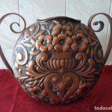 Antigüedades: ANTIGUO JARRÓN DE COBRE CON 2 ASA MUY REPUJADO, GRAN TAMAÑO, AÑOS 20/30. Lote 273367903