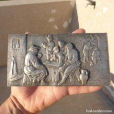 Antigüedades: ANTIGUA PLANCHA DE PLATA CONTRASTADA EN RELIEVE , JUGANDO A CARTAS EN CANTINA 74 GR. Lote 273526083