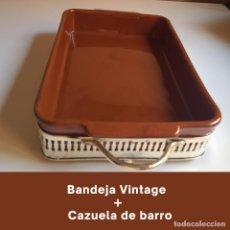 Antigüedades: BANDEJA VINTAGE CHAPADA EN PLATA PARA SERVIR + CAZUELA DE BARRO. Lote 273601488