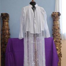 Oggetti Antichi: ALBA CONFECCIONADA EN HILO DE LINO, ORNAMENTADA CON ENCAJES RELIGIOSOS. PPS. S. XX.. Lote 273761648