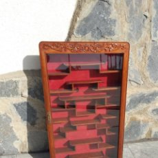 Antigüedades: PRECIOSA VITRINA CHINA DE MADERA, DE PARED .FONDO TERCIOPELO ROJO.. Lote 274197728
