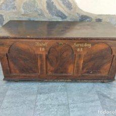 Antigüedades: ANTIGUO BAÚL DE MADERA NOBLE, RUDOLF HARNISBERG 1885. Lote 274200878