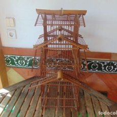Antigüedades: GRAN ,JAULA REALIZADA EN CAÑA DE BAMBU Y PALILLOS , RESTAURAR. Lote 274278048