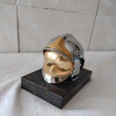 Antigüedades: ESCULTURA CASCO DE BOMBERO DE ACERO INOXIDABLE Y BASE DE MARMOL NEGRO,. Lote 274308658
