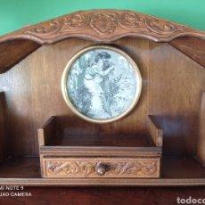 Antiquités: ANTIGUA REPISA DE MADERA CON CUADRO TELDE SEDA. Lote 274392883