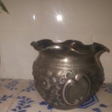 Antigüedades: PEQUEÑO MACETERO METALICO CINCELADO. Lote 274414433