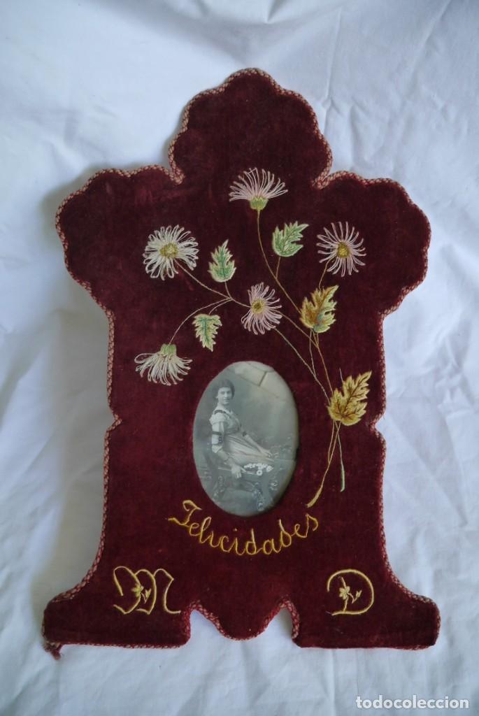 Antigüedades: Portafotos escudo marco terciopelo bordado iniciales MD - Foto 2 - 274633563