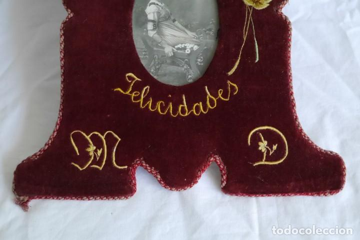 Antigüedades: Portafotos escudo marco terciopelo bordado iniciales MD - Foto 5 - 274633563