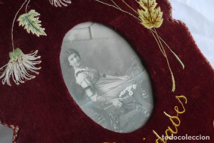 Antigüedades: Portafotos escudo marco terciopelo bordado iniciales MD - Foto 6 - 274633563