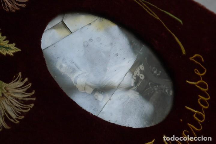 Antigüedades: Portafotos escudo marco terciopelo bordado iniciales MD - Foto 7 - 274633563
