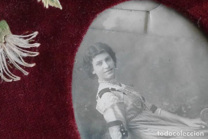 Antigüedades: Portafotos escudo marco terciopelo bordado iniciales MD - Foto 8 - 274633563