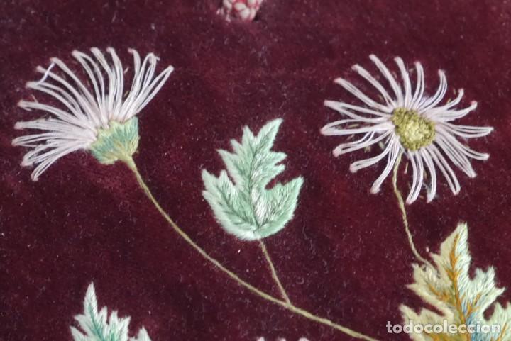 Antigüedades: Portafotos escudo marco terciopelo bordado iniciales MD - Foto 11 - 274633563