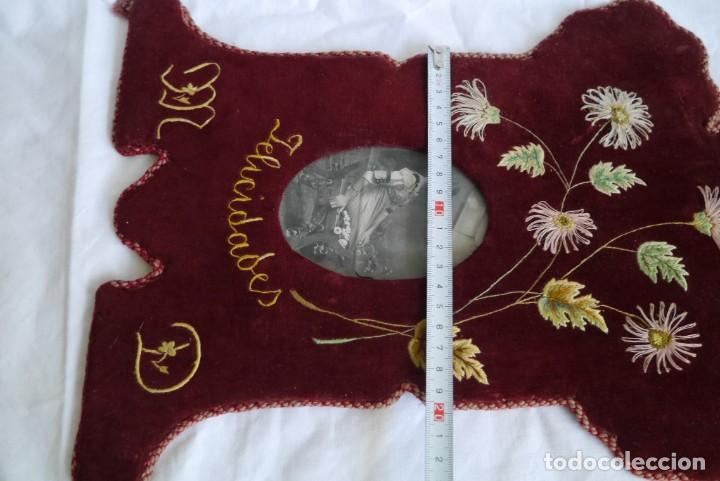 Antigüedades: Portafotos escudo marco terciopelo bordado iniciales MD - Foto 15 - 274633563