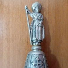 Antiquités: CAMPANILLA DE SANTIAGO DE COMPOSTELA HECHA DE METAL CON FIGURA DE PEREGRINO EN RELIEVE. Lote 275089263