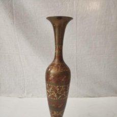 Antigüedades: BONITO JARRÓN DE METAL GRABADO VINTAGE INDIA. Lote 275106653