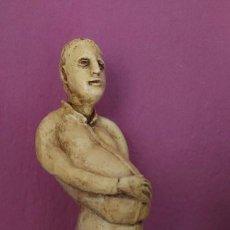 Antigüedades: ESCULTURA CERAMICA HOMBRE GORDITO DEDOS ROTOS MANO DETRAS 36X 13 X12 CM FIRMA AROSE. Lote 275145163