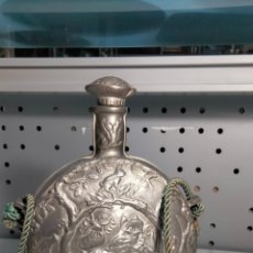 Antiquités: BOTELLA ESTAÑO ESCENA CASA JABALÍ. Lote 275159328
