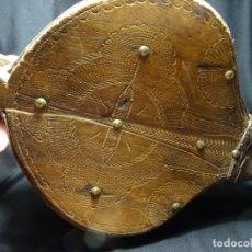 Oggetti Antichi: FUELLE SIGLO XVIII, MADERA TALLADA,CRUZ. LEON. ARTE PASTORIL, ETNOGRAFICO. HIERRO , CUERO. Lote 275196963