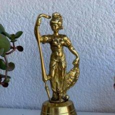 Antigüedades: CAMPANA DE BRONCE CON ASA DE GUERRERO ROMANO. Lote 275199418