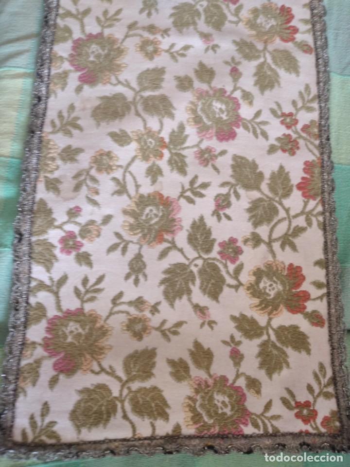 Antigüedades: Antiguo tapete ovalado con puntilla metálica, motivo floral,forrado por la parte inferior años 20/30 - Foto 2 - 275226803