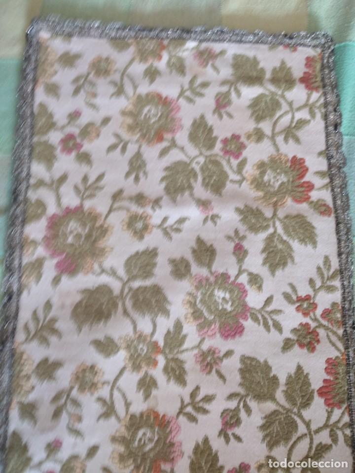 Antigüedades: Antiguo tapete ovalado con puntilla metálica, motivo floral,forrado por la parte inferior años 20/30 - Foto 3 - 275226803