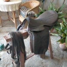 Antigüedades: ANTIGUA SILLA DE MONTAR A CABALLO DE CUERO CON CORREAS, MORRALES Y UTENSILIOS VARIOS AÑOS 30-40. Lote 275235943