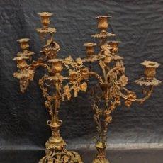 Antigüedades: ESPECTACULAR PAREJA DE CANDELABROS EN BRONCE DORADO DECORADOS CON PARRAS DE UVA. SIGLO XIX. PF. Lote 275236053