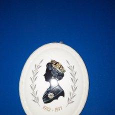Antigüedades: ANTIGUO PLATO CONMEMORATIVO, REINA ISABEL II. Lote 275253223