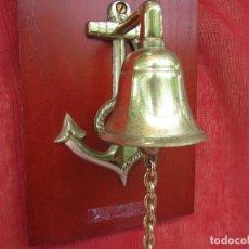 Antigüedades: CAMPANILLA BRONCE ENTRADA CON ANCLA Y TERMÓMETRO. SOBRE MADERA. ENTRADA. Lote 275291518