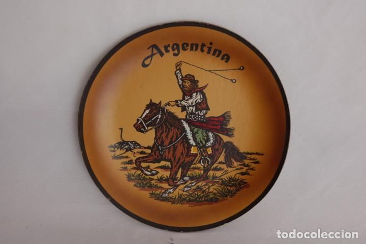 PLATO DE CUERO DE ARGENTINA HECHO A MANO - PIEZA ARTESANAL Y ÚNICA - 21 CM DE DIÁMETRO (Antigüedades - Hogar y Decoración - Platos Antiguos)