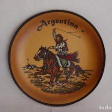 Antigüedades: PLATO DE CUERO DE ARGENTINA HECHO A MANO - PIEZA ARTESANAL Y ÚNICA - 21 CM DE DIÁMETRO. Lote 275329813