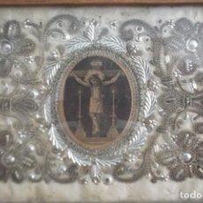 Antigüedades: RELICARIO CON BORDADOS SIGLO XVIII HILO DE PLATA. Lote 275462718