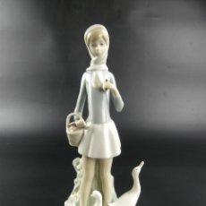 Antiquités: BONITA FIGURA DE PORCELANA DE LLADRO NIÑA CON PATOS. Lote 275477668