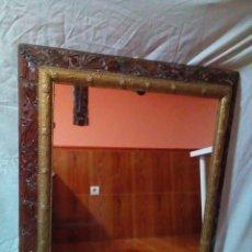 Antigüedades: MUY ANTIGUO ESPEJO CON MARCO ALFONSINO. Lote 275608788