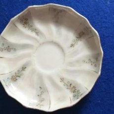 Antigüedades: PLATO ANTIGUO DE TAZA DE CAFÉ CON LECHE. FLORES. TORNASOL. PORCELANA. DIÁMETRO 12 CM. Lote 275632513