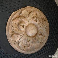 Antiquités: CENTRO MADERA TALLADA OLEOS ACANTO PLAFON ADORNO SIN PERFORAR PARA LAMPARA 20,5CMS DIAMETRO. Lote 275733513