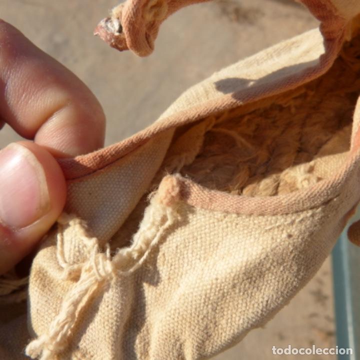 Antigüedades: Pequeñas alpargatas de bebe o niño pequeño , siglo XIX , botones de ceramica - Foto 7 - 275776673